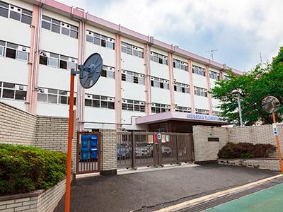医生ケ丘小学校 約900m(徒歩11分)