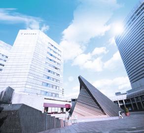 神戸国際会議場 約700m(徒歩9分)