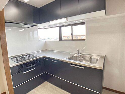 中古マンション-岡崎市東大友町字筆屋 L字型のキッチンで料理の効率があがります。