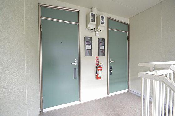 アパート-いなべ市大安町平塚 優しい色合いの玄関ドア。壁面状況も良好。
