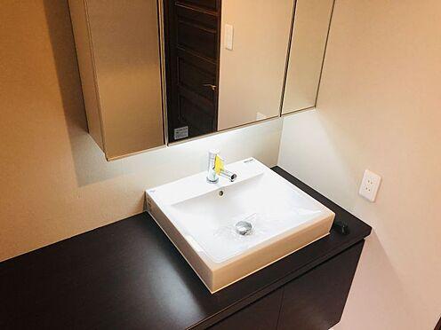 中古マンション-名古屋市千種区自由ケ丘2丁目 大きな鏡を備えた洗面台。洗面化粧台は新規交換しております!