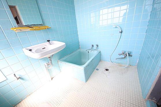 建物全部その他-八王子市長房町 鮮やかなライトブルーがきれいなトイレ・バスルーム。