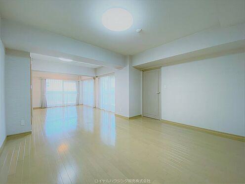 区分マンション-横浜市神奈川区栄町 南東と南西に窓があるリビング