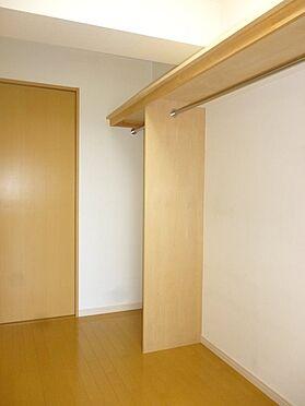 中古マンション-横浜市戸塚区深谷町 両面から出入りできるウォーキングクローゼットで室内はスッキリ片付きます