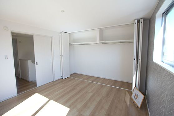 新築一戸建て-橿原市菖蒲町2丁目 洋室には全てクローゼットがございます。沢山の衣類や小物もすっきり整理できますね。