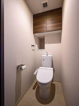 中古マンション-品川区勝島1丁目 【Rest room】掃除用具やトイレットペーパーのストック収納に便利な上部収納を採用しています。