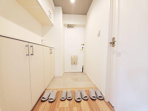区分マンション-多摩市愛宕4丁目 明るい玄関スペースです。収納の上は棚として使えます。写真や雑貨を飾ったりできます♪