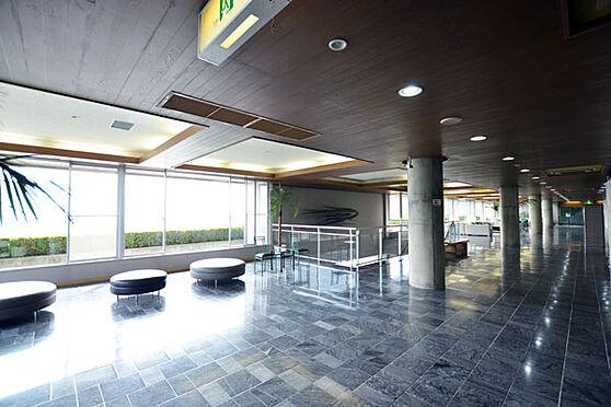 リゾートマンション-熱海市熱海 こちらがエントランスロビーです。重厚感溢れる造りになっています。