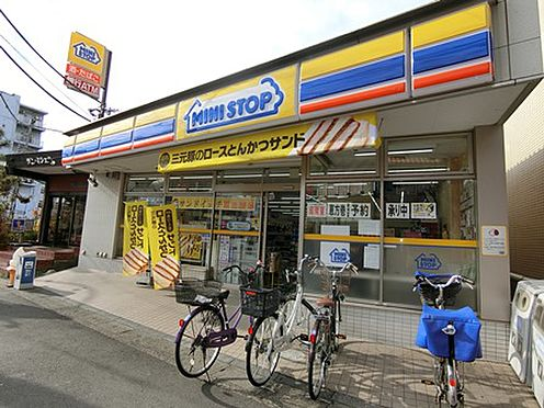 マンション(建物一部)-越谷市千間台西1丁目 コンビニが至近にあり便利です。