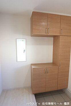 戸建賃貸-磯城郡田原本町大字阪手 大容量のシューズボックスは40足程度入ります。散らかりがちな場所の整理に役立ちます(同仕様)