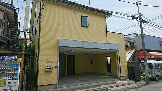 店舗・事務所・その他-平塚市諏訪町 車3台分のビルトイン駐車場です。奥に事務所があります。