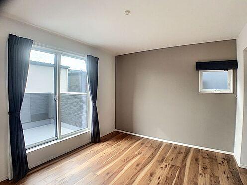 中古一戸建て-安城市東栄町 主寝室としても利用できる約7帖の洋室は、安らぎとくつろぎの空間。