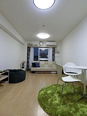 中古マンション-横浜市神奈川区栄町 窓際にソファーベッドを配置し独立した寝室のような空間レイアウト