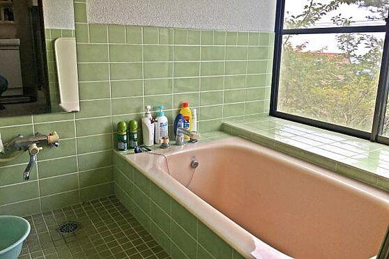 中古一戸建て-伊豆の国市奈古谷 お風呂から景色を見ることが出来ます。外の木々と同じ緑色の浴室。