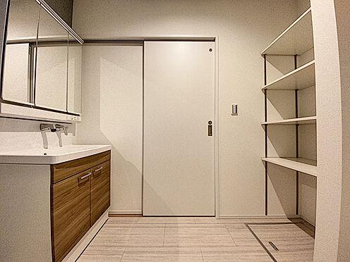 新築一戸建て-福岡市城南区樋井川4丁目 水ハネを防止する一体型のカウンター。散らかりがちな洗面台もすっきりと収納できるスペースがあります。