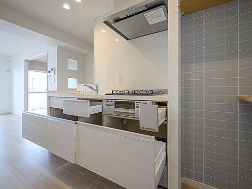 中古マンション-品川区東大井1丁目 リビングとリンクするキッチンなので生活感がでないよう収納多くしました