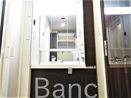 中古マンション-港区赤坂1丁目 収納豊富で綺麗な独立洗面台です。