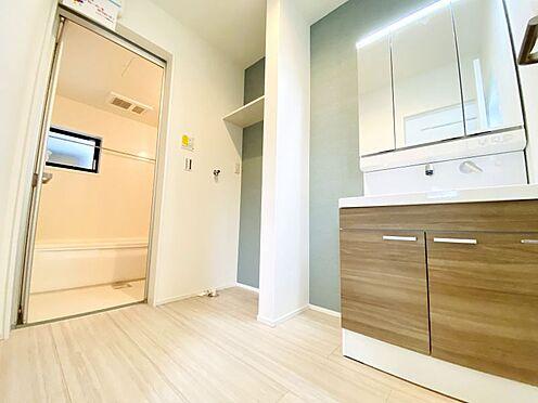 新築一戸建て-福岡市南区西長住3丁目 水ハネを防止する一体型のカウンター。散らかりがちな洗面台もすっきりと収納できるスペースがあります。