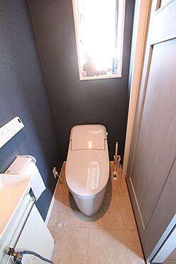 中古一戸建て-大和高田市三和町 2か所のトイレは朝の混雑緩和に活躍します。1・2階共に温水洗浄便座を完備しております。タンクレスでお掃除楽々。清潔に保てます。
