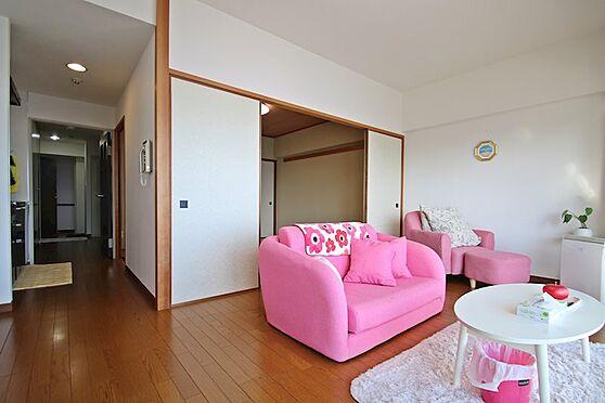 リゾートマンション-熱海市熱海 もともと絨毯のお部屋をフローリングに変更し、綺麗な印象を受けるお部屋です。
