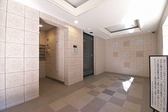 区分マンション-港区三田3丁目 風除室はオートロックでセキュリティ性が高められています。