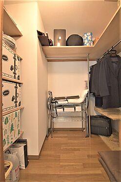 区分マンション-港区三田3丁目 和室にあるウォークインクロゼットは収納力豊富なので、倉庫としてもお使いいただけます。