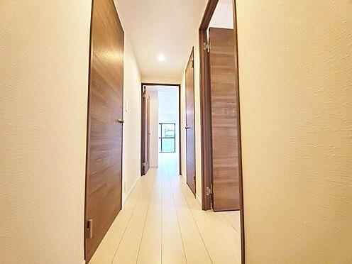 中古マンション-多摩市落合3丁目 ホワイトベースにブラウン系色の落ち着きある建具を使用したカラーバランスの良いお部屋です!