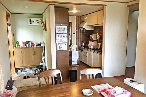 中古一戸建て-伊豆の国市奈古谷 実際の室内の様子。ダイニング・キッチンが玄関からすぐの場所にあります。