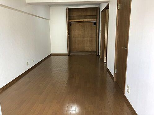 中古マンション-千葉市稲毛区黒砂台3丁目 洋室10.5帖のクローゼット収納。棚板やパイプハンガーがあり、空間を有効に活用することが出来ます。