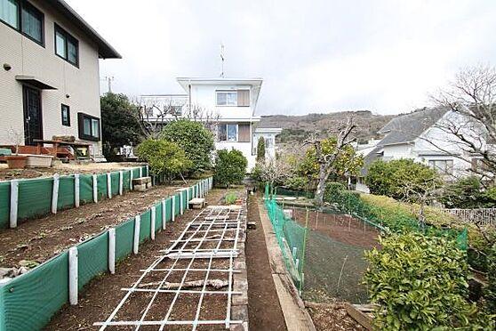 中古一戸建て-熱海市伊豆山 建物北東側のお庭部分。段々畑のようにオーナー様により造成されています。