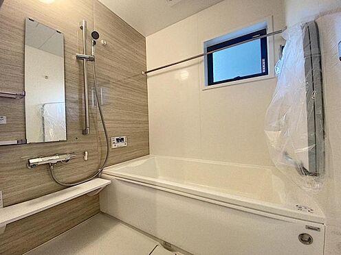 新築一戸建て-福岡市西区拾六町4丁目 足を伸ばしてゆっくりくつろげる浴槽サイズ。滑りにくい設計でお子様とのお風呂も安心です。