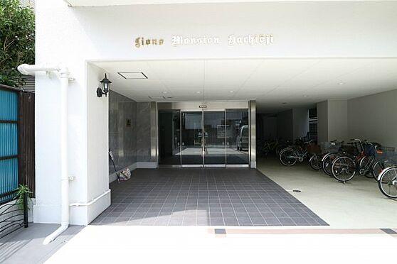 中古マンション-八王子市八幡町 広々としたエントランスが開放感を演出します。