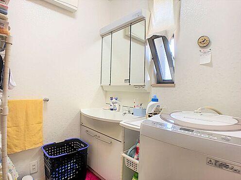 戸建賃貸-碧南市尾城町4丁目 窓付きの明るい洗面所。白を基調とした清潔感のある洗面台です☆