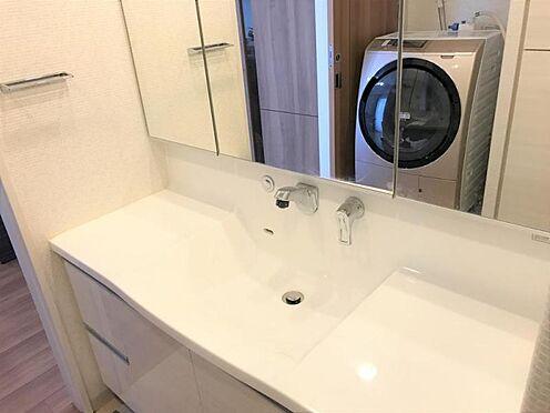 中古マンション-名古屋市守山区八反 大きな鏡が印象的な洗面台です。