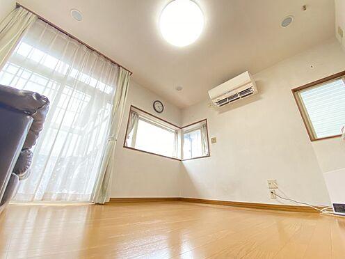 中古一戸建て-糟屋郡志免町田富1丁目 サイズの大きい掃き出し窓と出窓があり明るいリビングです♪