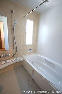 戸建賃貸-磯城郡田原本町大字阪手 半身浴もゆっくり楽しめる1坪の広々浴室。お子様と一緒のバスタイムも楽しめますね。