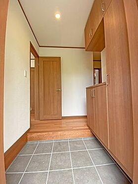 中古一戸建て-伊東市富戸大室高原 明るい玄関スペースは大型収納付きです。