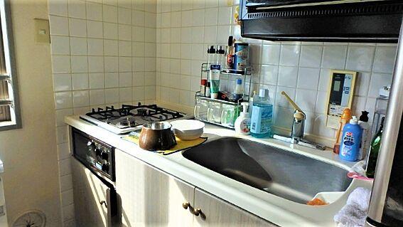 リゾートマンション-熱海市伊豆山 キッチンをクローズアップ。あまり大きくはありませんが、2口コンロなど充実しています。