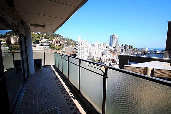 リゾートマンション-熱海市咲見町 バルコニー:約7メートルのワイドバルコニー。風を感じながらお食事でもいかがでしょうか。
