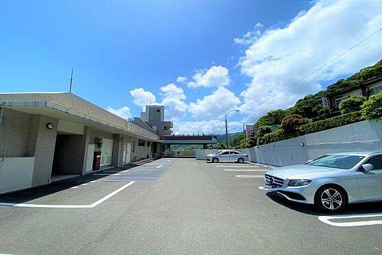 リゾートマンション-熱海市上多賀 駐車場:駐車場はリゾート利用無料で、平置きにつき大きなお車も乗り入れが楽。