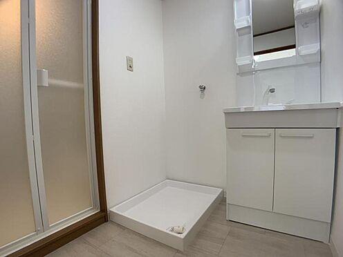 中古マンション-豊田市栄町6丁目 洗髪洗面化粧台の棚にはご家族分の歯ブラシやケア用品を置いていただけます!