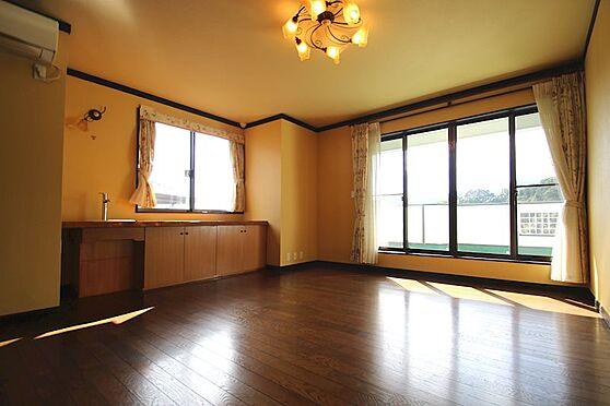 中古一戸建て-熱海市伊豆山 2階の広さ11.5帖の洋室は室内唯一のフローリングとなっております。