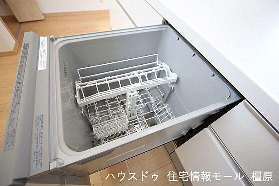 戸建賃貸-高市郡明日香村大字岡 食器洗浄乾燥機は、家事の負担を軽減します。高温のお湯と水圧で洗浄しますので手洗いよりも清潔!忙しい奥様に嬉しい設備ですね。
