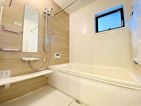 新築一戸建て-福岡市南区西長住3丁目 を伸ばしてゆっくりくつろげる浴槽サイズです!滑りにくい設計で、お子様とのお風呂も安心です。