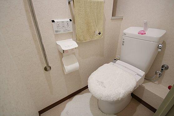 リゾートマンション-熱海市熱海 トイレも交換済みで清潔感漂います。手すりや物入もあり使い勝手良いトイレ空間です。