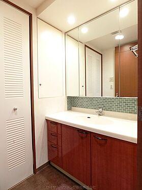 中古マンション-横浜市神奈川区栄町 洗面化粧台は三面鏡になっており収納も可能です