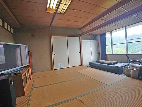 中古マンション-伊東市岡 リビングスペースに隣接した和室は8帖の広さです。
