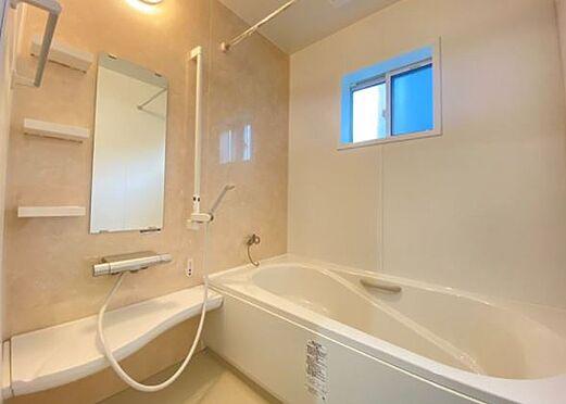 戸建賃貸-岡崎市上里2丁目 浴室【施工例】浴槽の座る部分が盛り上がっている分、節約になります。また、半身浴も楽しめます。