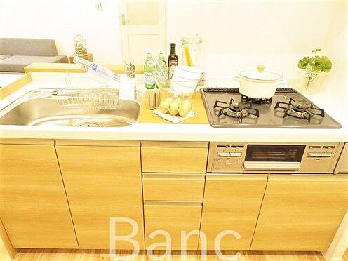 区分マンション-横浜市保土ケ谷区和田2丁目 ウッドカラーが温かみのあるキッチン。