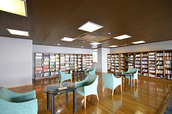 リゾートマンション-熱海市熱海 図書ルームとして、かなりの図書を備え付けてあります。場所はエントランスと同じ27階です。